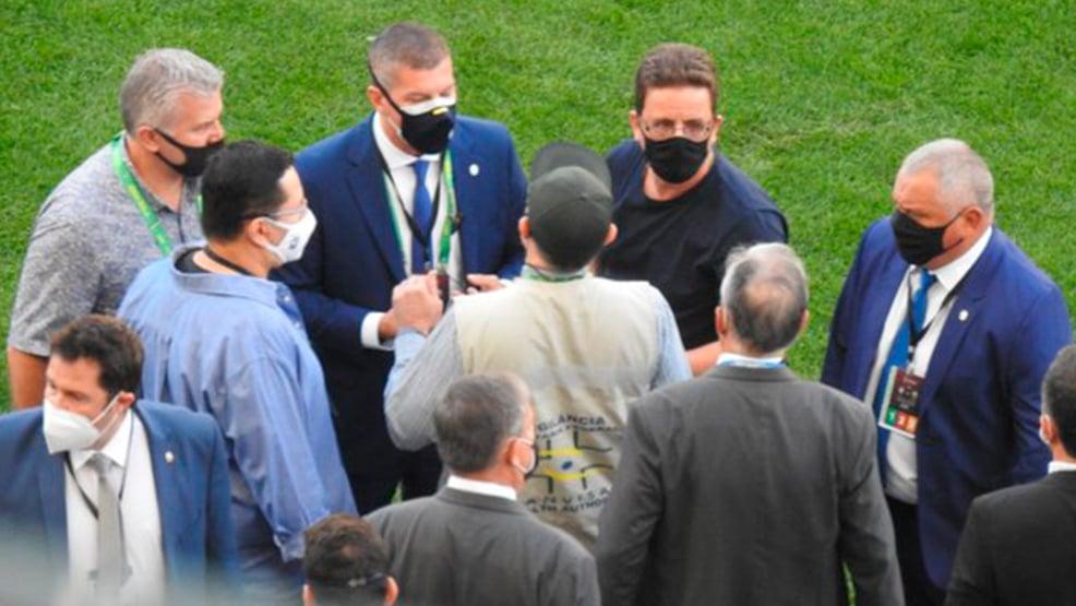 Agente da Anvisa invade campo da Neo Química Arena e interrompe partida entre Brasil x Argentina. Foto: Reprodução/Twitter