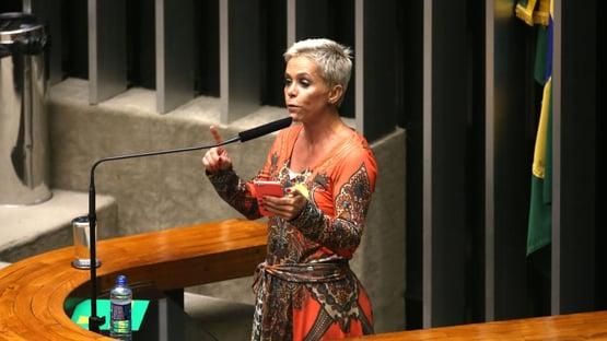 """Somos perseguidos políticos"", diz Cris Brasil"