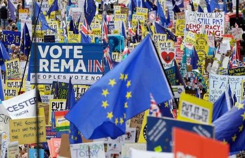 Parlamento britânico adia votação do Brexit