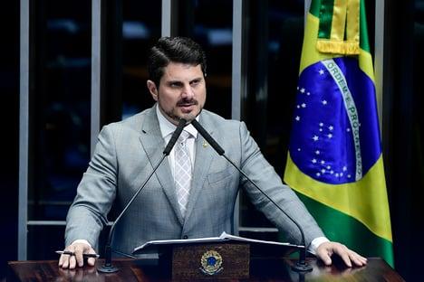Senador com Covid abraçou Ciro Nogueira na véspera da posse