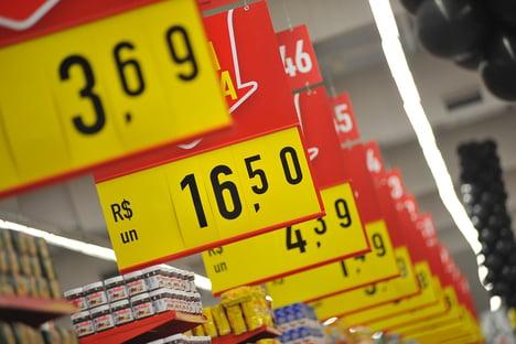 Inflação ultrapassa dois dígitos em 12 meses