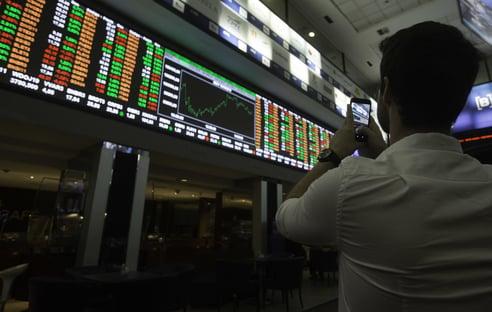 Inflação global e baixo crescimento preocupam investidores; bolsas caem