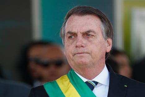 Bolsonaro caminha no hospital e se queixa de sonda