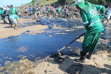 Impasse com Marinha atrasa investigação sobre vazamento de óleo