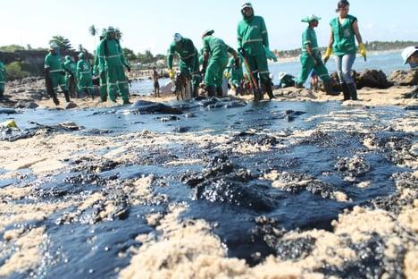 """Marinha vê """"baixa probabilidade"""" de óleo atingir praias ao sul de Cabo Frio"""