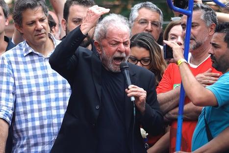 Bolsonaro imita Lula durante sua live