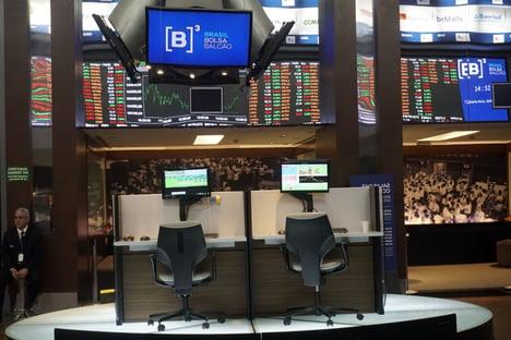 Bolsa cai 2,65%, com investidores preocupados com dados do exterior