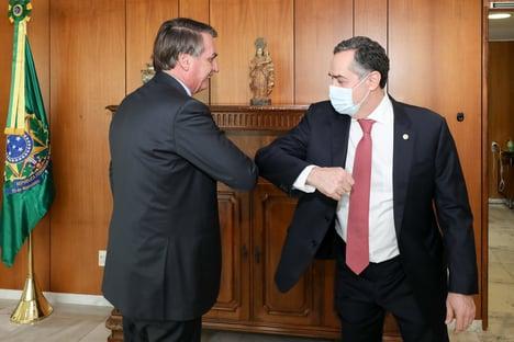 "Barroso diz que TSE vai examinar as provas sobre Bolsonaro e ""fazer o que é certo fazer"""