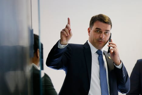 Flávio Bolsonaro ocupa lugar de Jorge Picciani