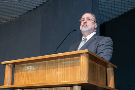 """Ao tomar posse para novo mandato, Aras defende gestão """"sem escândalos"""""""