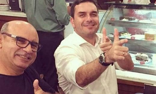 Flávio Bolsonaro está bem acompanhado