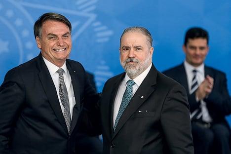 Bolsonaro oficializa nomeação de Aras para novo mandato