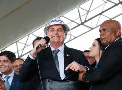 Bolsonaro vai comemorar marco de mil dias com inauguração de asfalto
