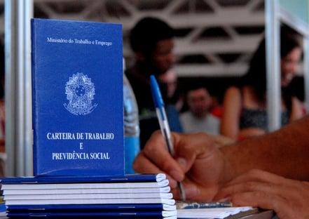 Brasil tem recorde de pessoas que recebem até um salário mínimo