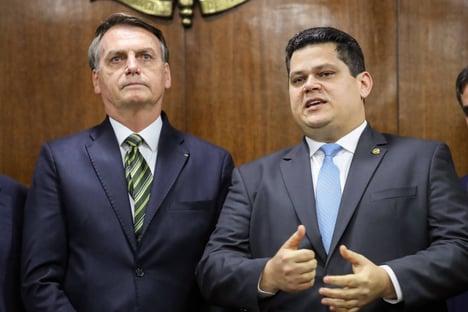 Jair Bolsonaro faz afago a Davi Alcolumbre