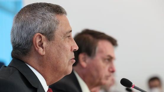 O ministro da Defesa defende o ministro da Defesa