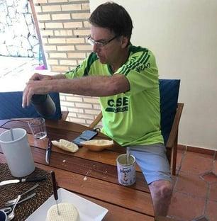 Bolsonaro, refrigerante e pão com leite condensado