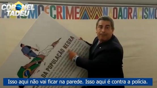 """Relator pede """"censura verbal"""" a deputado que arrancou cartaz sobre racismo na polícia"""