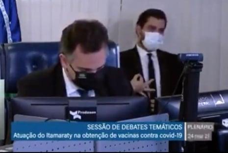 Filipe Martins faz gesto supremacista em audiência e provoca ira de senadores