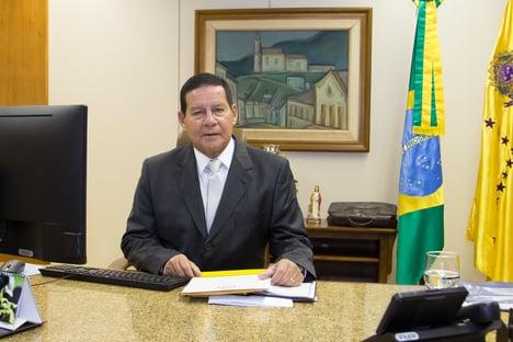 Feliz com a melhora do nosso presidente, diz Mourão