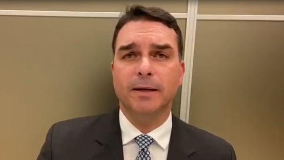Bolsonaro chegou a ser intubado por precaução, diz Flávio