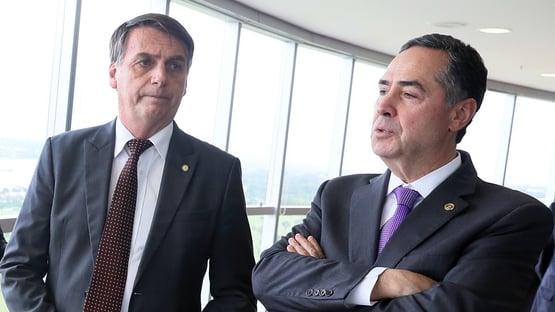 """Bolsonaro chama de """"desculpa esfarrapada"""" justificativa de Barroso contra voto impresso"""