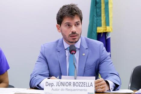 """""""Qual foi o crime do STF? Discordar de Bolsonaro"""", ironiza deputado"""