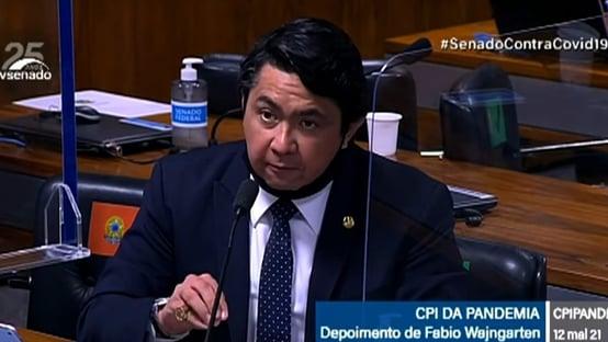 Senador que assumiu vaga de Major Olimpio fala sem máscara em CPI