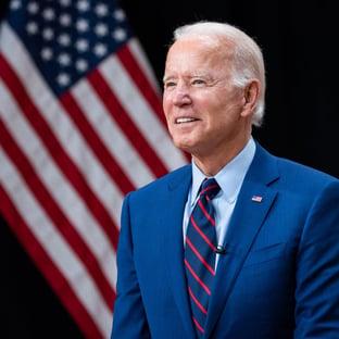 Biden celebra 300 milhões de doses aplicadas nos EUA