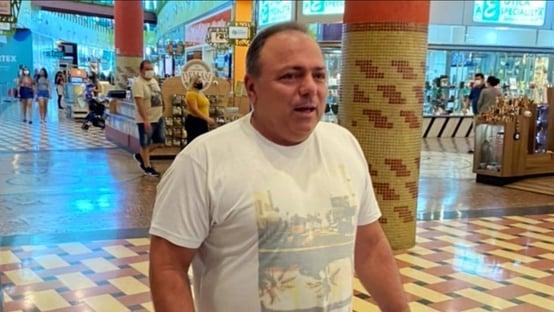 Pazuello é flagrado sem máscara ao deixar hotel com namorada em Brasília
