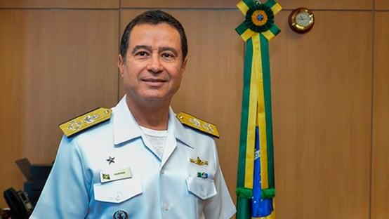 Comandante da Marinha compartilha entrevista com novos alertas às instituições