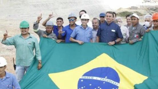 Operários posam com gesto pró-Lula em foto com Bolsonaro