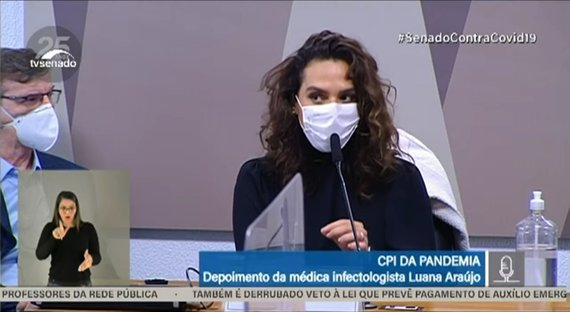 """Tratamento precoce é estupidez. É como escolher a borda da Terra plana"", diz Luana Araújo"