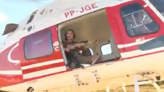 Portando fuzil, deputada 'sai à caça' de Lázaro em helicóptero