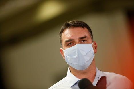 Se continuar assim, não precisará fazer cirurgia, diz Flávio, sobre saúde do pai