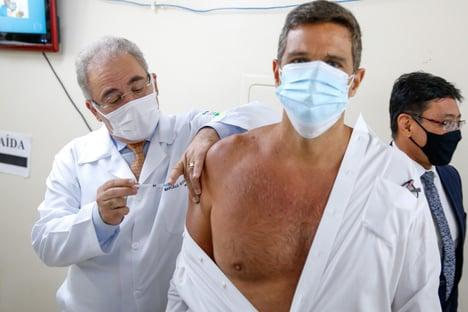 Ministro da Saúde vacina presidente do BC e chanceler contra a Covid