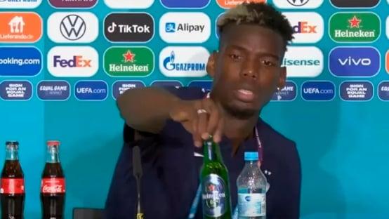 Pogba imita Cristiano Ronaldo e afasta garrafa de cerveja durante entrevista