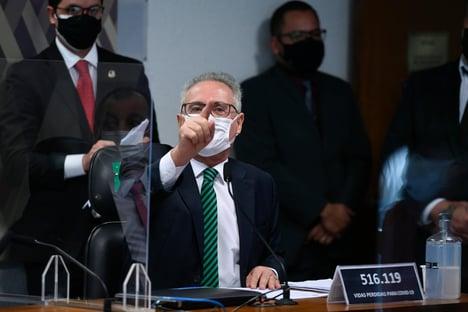 """""""Me erra, e responda às acusações que pesam sobre você"""", diz Renan a Flávio Bolsonaro; assista"""