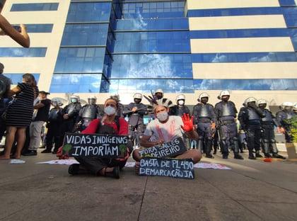 Índios entram em confronto com PM em Brasília