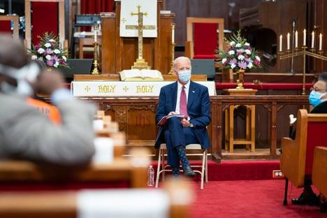 Bispos católicos dos EUA cogitam negar comunhão a Biden