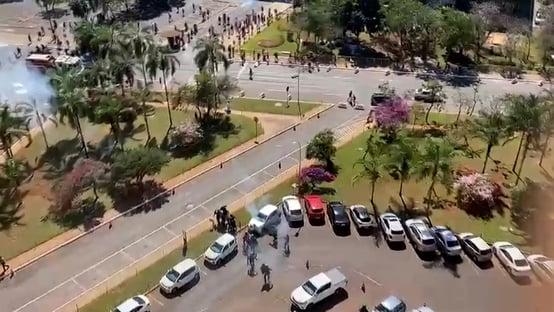 Com bombas e flechas, policiais e índios se enfrentam em frente ao Congresso; assista