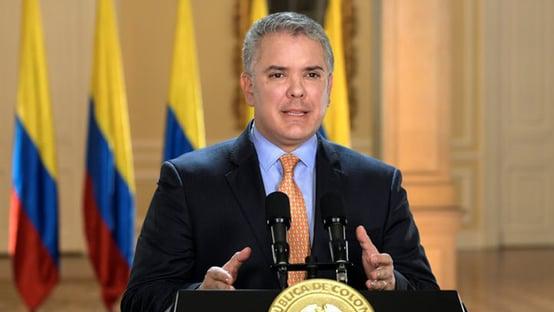 Tiros atingem helicóptero de presidente da Colômbia