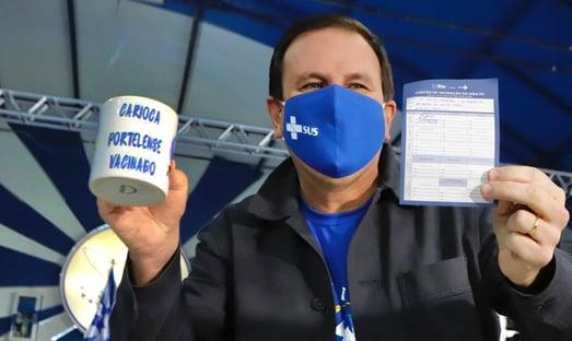 Paes e Maia são vacinados contra a Covid no Rio