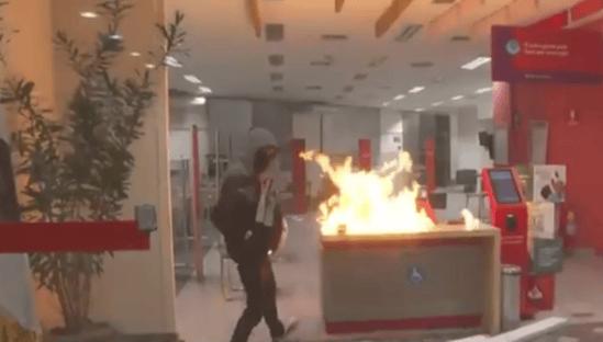 Vândalos ateiam fogo em agência bancária após ato contra Bolsonaro
