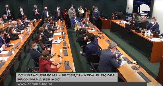 Sessão da comissão da reforma política na Câmara começa caótica