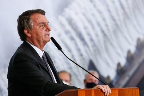 """Bolsonaro """"não estava conseguindo dormir bem, muita apneia"""", diz Flávio"""