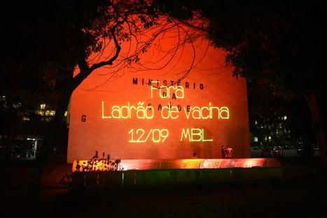 MBL chama Bolsonaro de ladrão de vacina em prédio do Ministério da Saúde