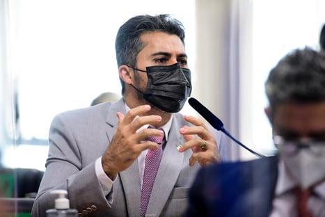 """Senador governista comete gafe e erra nome de diretora: """"Emanuele Medrados"""""""
