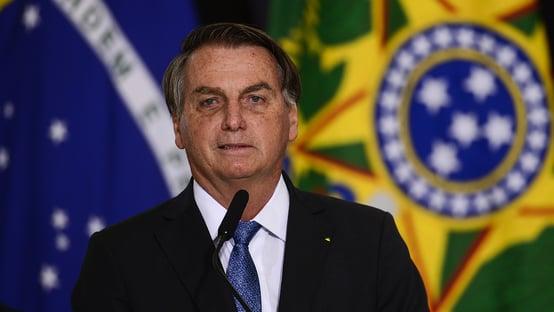 Internado em Brasília, Bolsonaro pode passar por cirurgia