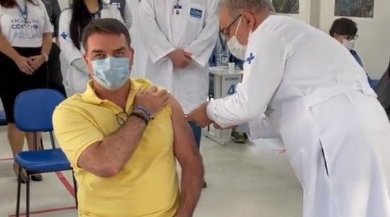 Flávio Bolsonaro é vacinado contra a Covid por Queiroga no Rio